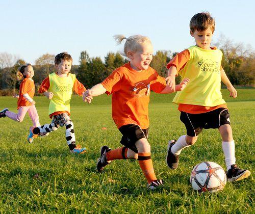 Hình ảnh bé tập thể thao bóng đá