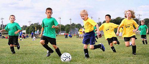 Hình ảnh bé tập thể thao - bóng đá