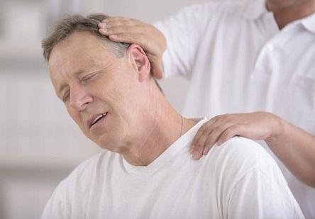 Đau vai gáy và cách trị liệu với ghế mát xa